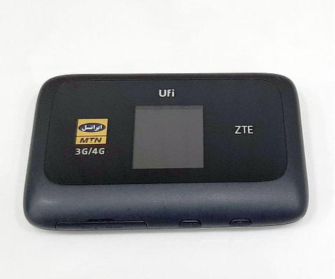 ودم همراه MF910 ساخت شرکت زدتی ای (ZTE) است که از طریق اپراتور ایرانسل عرضه میشود این محصول نسل چهارم اینترنت پرسرعت خود رادر اختیار کاربران قرار می دهد. این مودم از امکانات زیادی برخوردار است که در ادامه میتوانید از آن ها اطلاع پیدا کنید. قابلیت های مودم همراه ایرانسل MF910 دارای صفحه نمایش رنگی سرعت انتقال داده در حالت LTE-FDD سرعت دانلود تا 150Mbps و آپلود تا 50Mbps و در حالت 3G سرعت دانلود تا 42Mbps و آپلود تا 5.76Mbps پشتیبانی از 14 کاربر به صورت همزمان دارای ظرفیت باتری 2300 میلی آمپر پشتیبانی از کدهای دستوری پشتیبانی از سرویس پیام کوتاه به اشتراک گذاری شبکه وای فای با 14 کاربر به صورت همزمان مودم همراه ایرانسل با استفاده از قابلیت Plug and play به شما امکان میدهد تا به وسیلهی یک سیم کارت ایرانسل 4G به مودم از طریق وای فای وصل شوید. این مودم بدون افت سرعت تا 14 کاربر را ساپورت میکند. طراحی زیبا و کاربردی مودم همراه ایرانسل MF910 با ظاهری ساده و شیک ظاهر شده است که مشخصات سخا افزاری بسیار قوی را به دنبال خود خواهد داشت. این محصول مجهز به یک نمایشگر رنگی است که تمام اطلاعات مودم از قبیل میزان آنتن دهی شبکه سیم کارت ، نام و نوع اتصال شبکه ، میزان دیتای مبادله شده ، میزان شارژ باقیمانده باطری ، تعداد افراد متصل از طریق شبکه وای فای ، مدت زمان فعال بودن مودم و ... را نمایش می دهد. در ادامه به جزئیات بیشتری اشاره میشود.